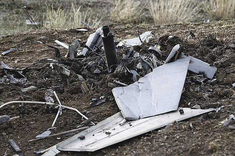 Это уже обломки беспилотника, сбитого недавно под Степанакертом. Возможно, турецкого.