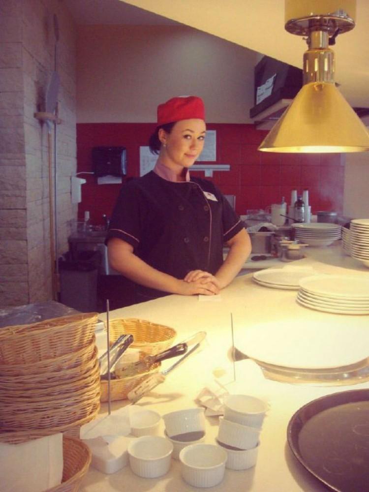 Алена была симпатичным поваром. Фото из архива героини публикации.