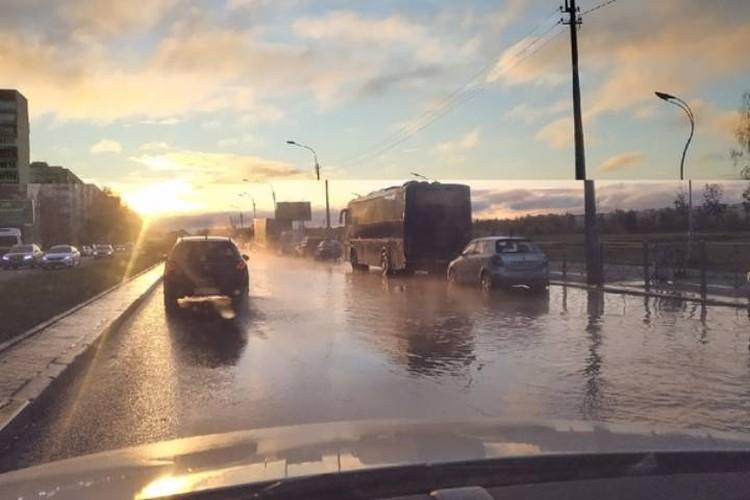 Потоп мешает автомобилистам ехать по дороге