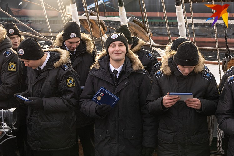 На борту парусника - 30 курсантов из МГТУ.