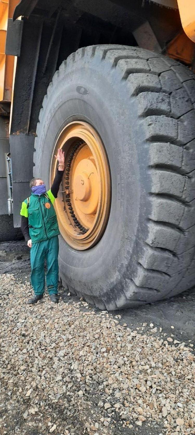 Велопутешественник поражен размеров колес БелАЗа. ФОТО: Алексей Иванов