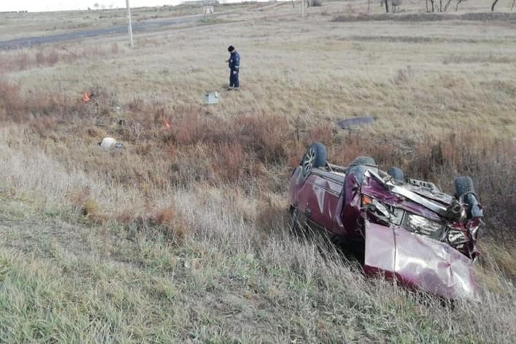 Водителя и пассажира выбросило из машины. Фото: ГУ МВД по НСО