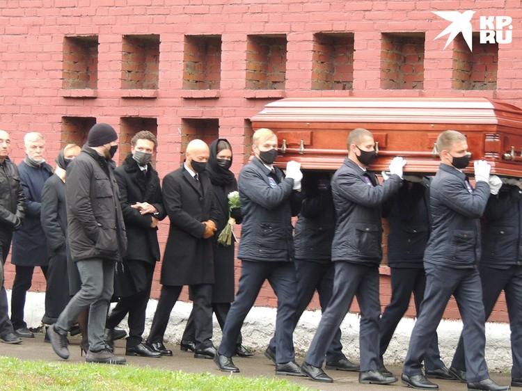 Далее траурная процессия направилась на Новодевичье кладбище.