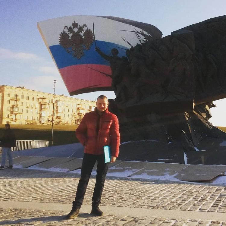 У мужчины указано в соцсетях, что он работает мастером участка в «Газпром нефть».