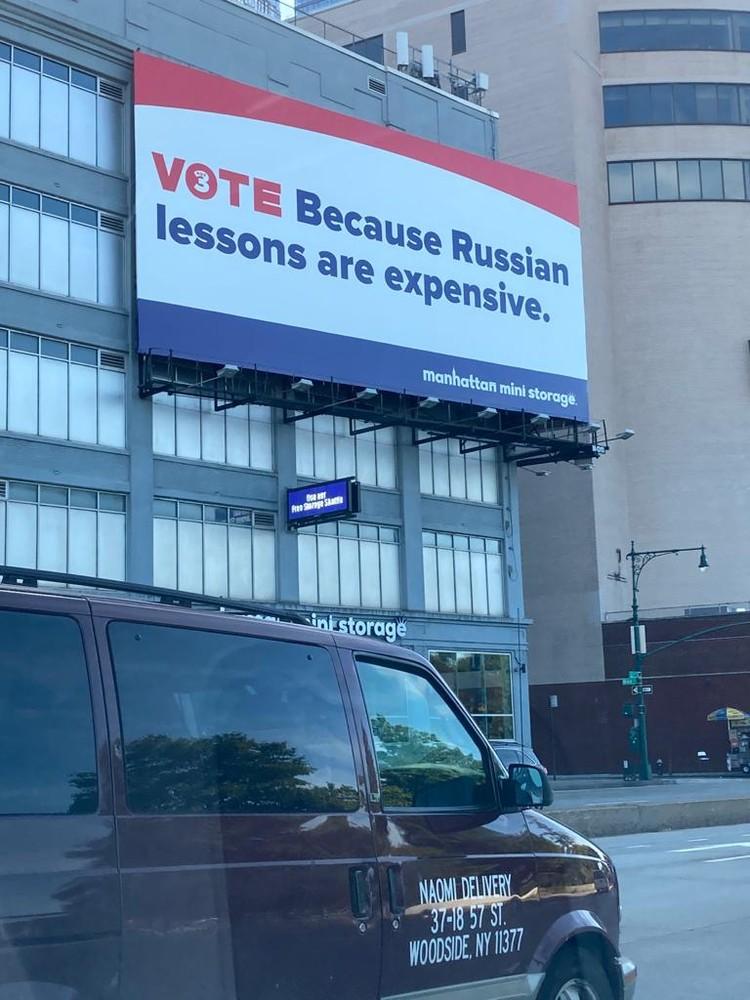 """Плакат гласит: """"Голосуй. Потому что уроки русского стоят дорого""""."""