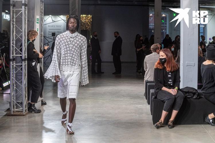 Дизайнер Мария Саввина видит мужчин в кружевных блузах...