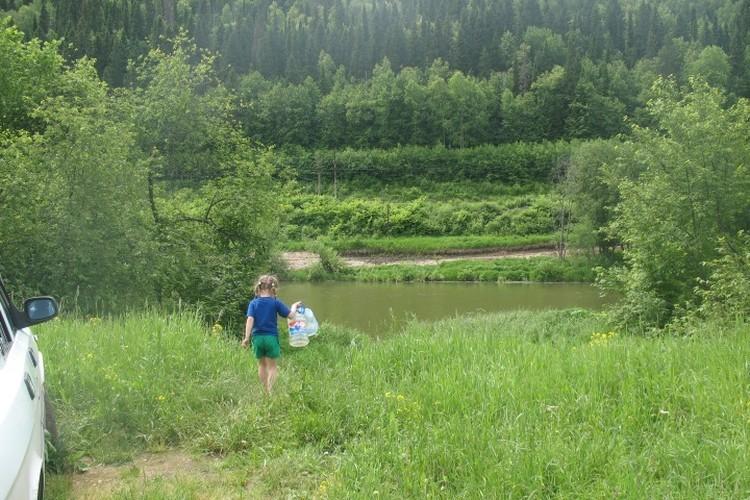Кто-то из отдыхающих фотографировал, как Катя уходила к реке за водой. Фото: СУ СКР по Пермскому краю.