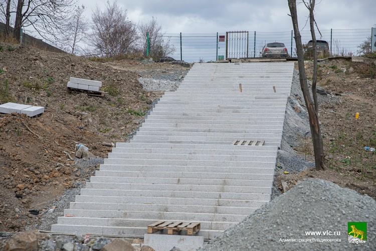 С площади Баляева в парк спускается вторая большая лестница