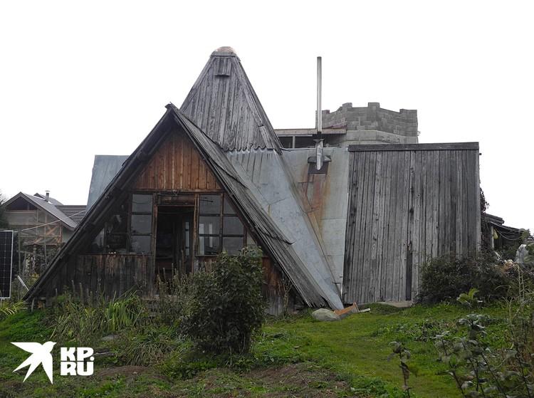Дома недостроеные, гнилые, в лесах. Есть с саманными стенами.