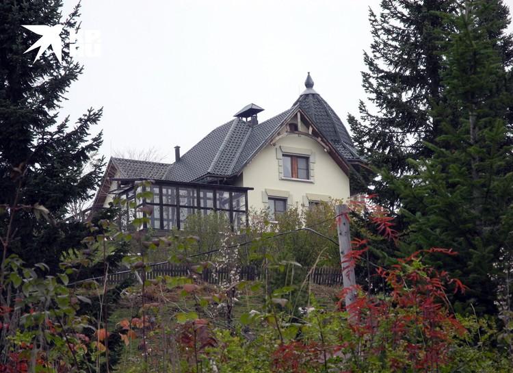 Крепкие коттеджи - только у лидеров секты. На фото дом Виссариона.