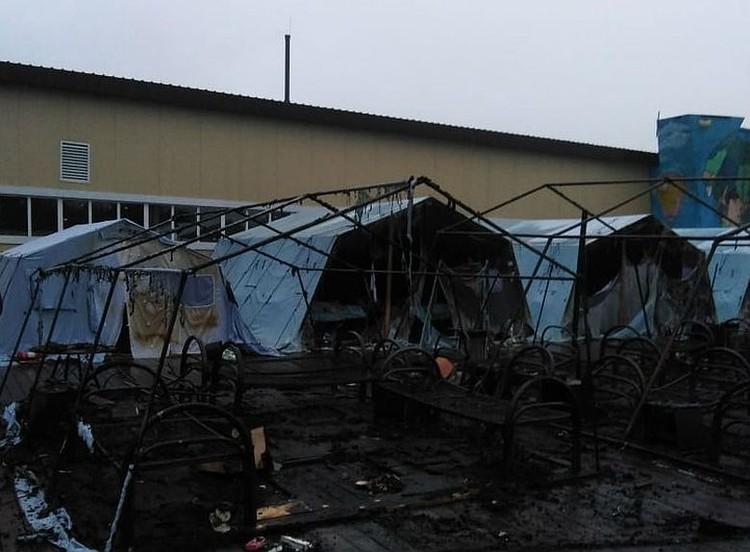 Пламя моментально охватило «негорючие» палатки - из 26 штук выгорели 20