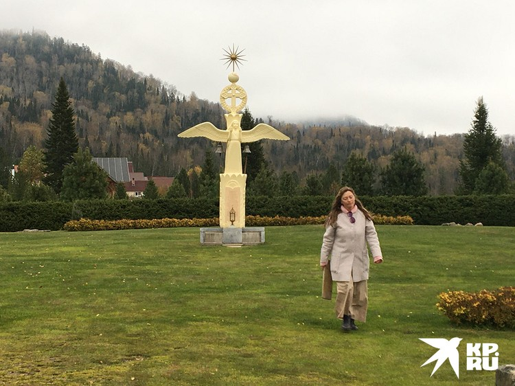 Символ Веры в центре Города Солнца. Перед ним молятся на коленях.