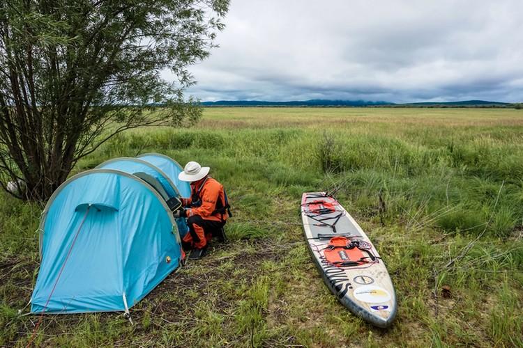 Жить во время путешествия приходилось в основном в тонкой палатке - так себе защита от медведей
