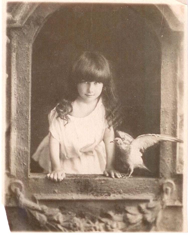 Красивая девочка, отдаленно похожая на Нику Турбину - будущий поэт Андрей Белый. Фото: Из собрания ГМП