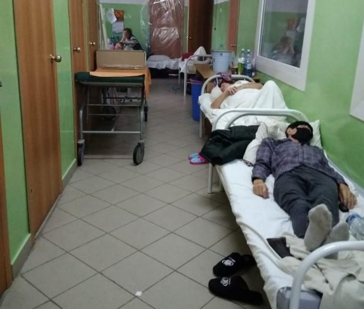 В коридорах госпиталя также не протолкнуться. Фото: «Сибкрай»