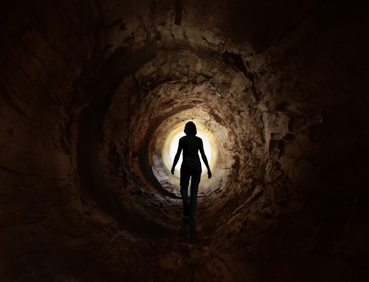 Люди, пережившие клиническую смерть, уверяют, что на тот свет ведет темный тоннель.