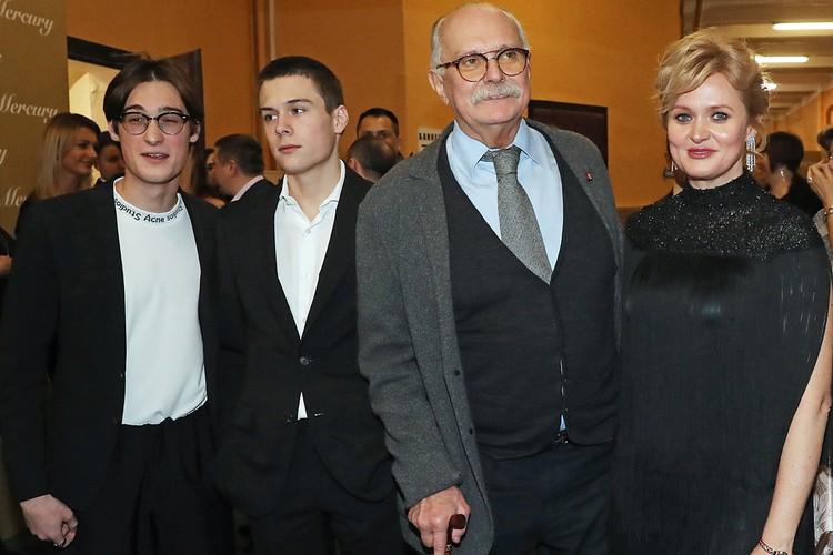 Никита Михалков с дочерью Анной и внуками Сергеем и Андреем. Фото: Вячеслав Прокофьев/ТАСС