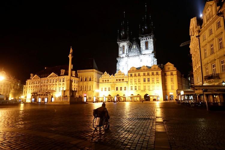 Чешская республика еще сильнее ужесточила общенациональный карантин, введя комендантский час – с 21:00 до 06:00.