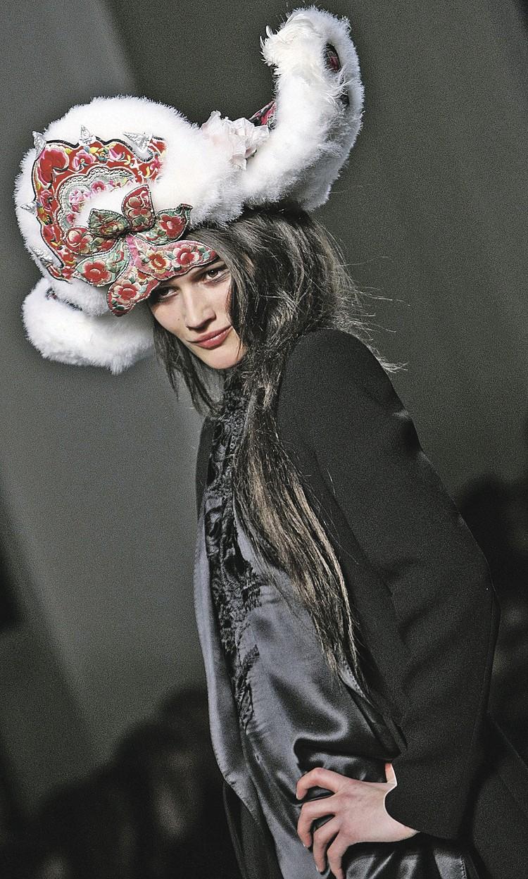 В копиях советских меховых шапок снимаются модели французского дома моды Chanel. Фото: ZUMAPRESS.com/Global Look Press