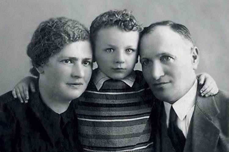 Маленький Миша с родителями. Фото из личного архива