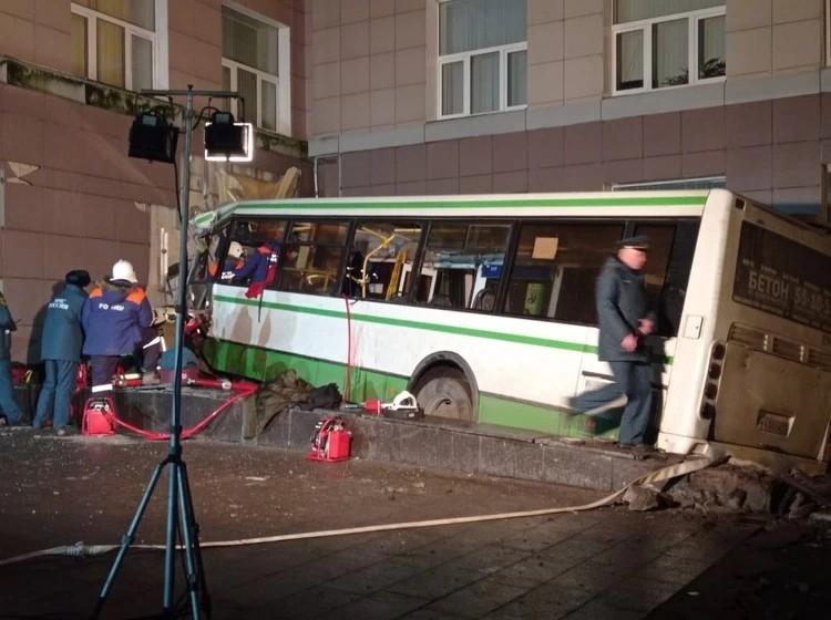 В момент ДТП женщина-водитель была еще жива, но скончалась чуть позже от полученных травм. Фото: ГУ МЧС по Новгородской области