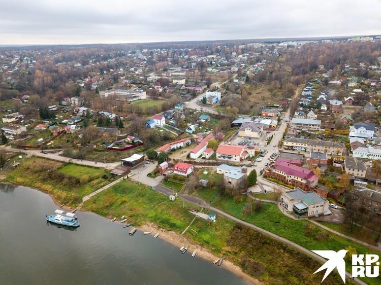 Таруса - живописный город на Оке в 120 км от Москвы.