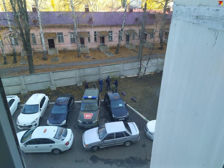 Во дворе многоэтажки, где жил Макаров, сейчас много силовиков.
