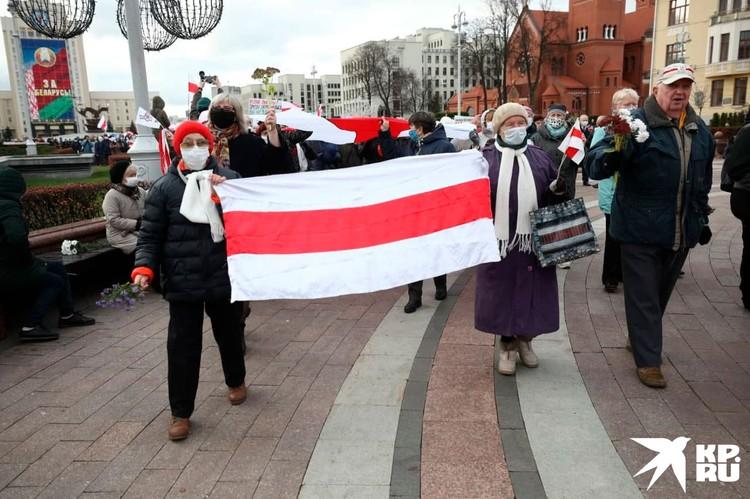 Демонстранты несут плакаты, критикующие действующую власть. Фото: Иван Иванов