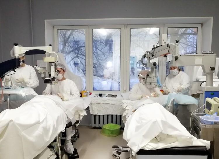 Ежедневно в отделении микрохирургии глаза ЧОКБ выполняется более 30 операций. Фото: пресс-служба ЧОКБ