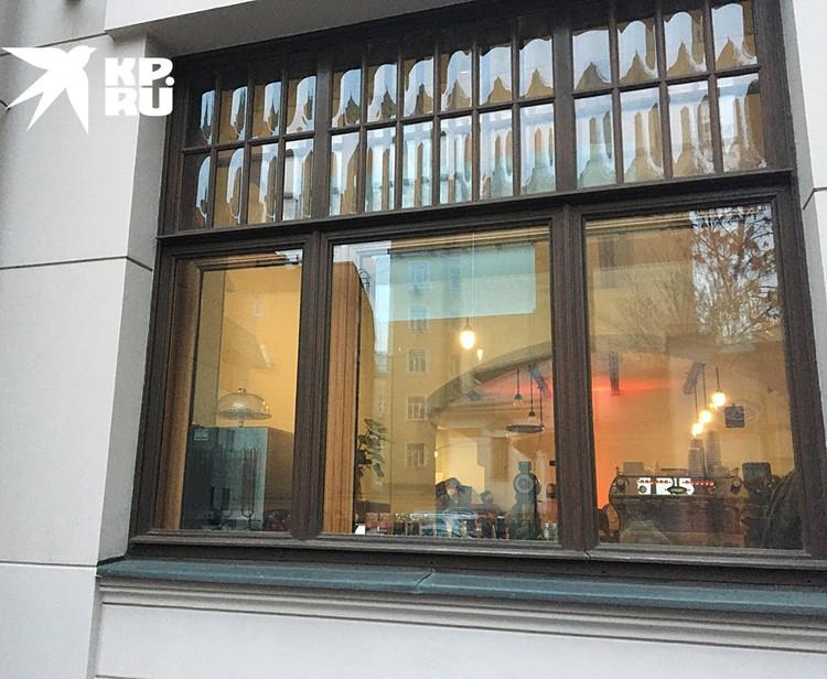 Благодаря этим окнам, в помещение попадало больше света
