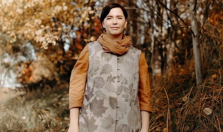 Шелковые топы и льняные сумки «расцветают» с помощью обычных листьев. Фото: «Открытые НКО»