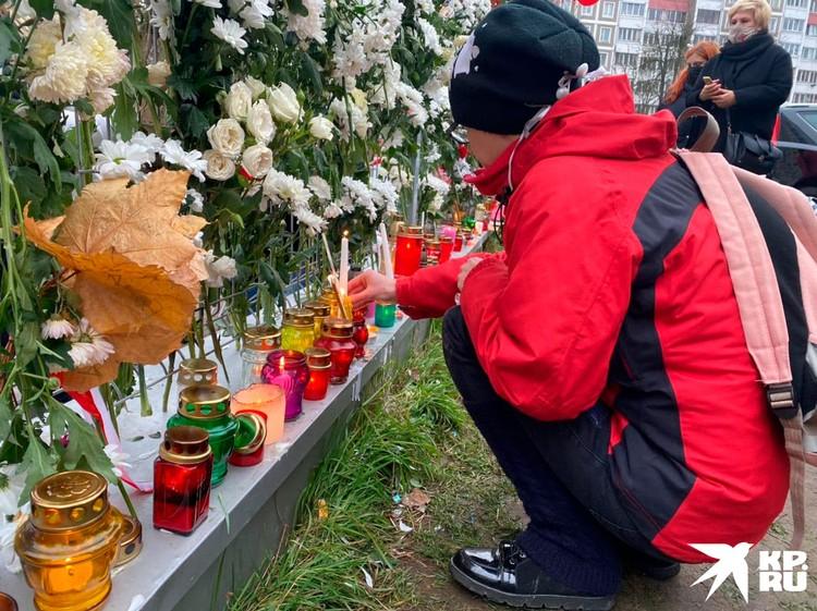 «Площадь перемен» заставили множеством цветов и свечей в память о Романе Бондаренко. Фото предоставлено КП