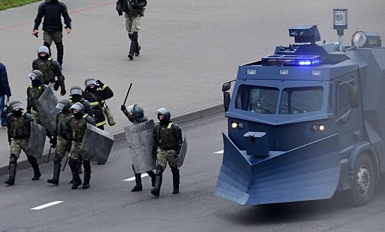 Силовики пригнали на Орловскую улицу спецтехнику. Фото: Виктор Драчев