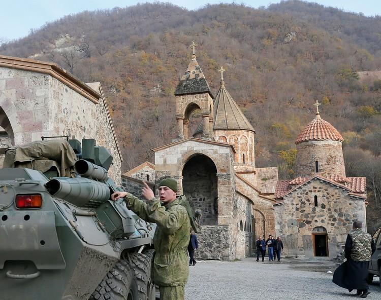 Российская бронетехника у монастыря Дадиванк.
