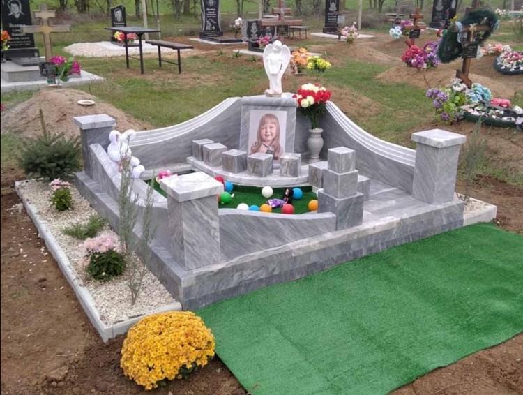Памятник установили на сельском кладбище в Крыму. Фото: Екатерина Барских/Любовь Никитина/VK