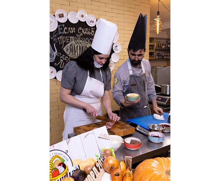 В рамках закрытого праздника шеф-повар Артур Мартиросян приготовил несколько блюд из капусты, выращенной в хозяйстве «Хайта». Фото: Любовь Тернова