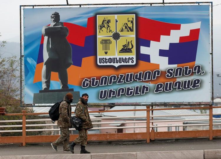 Cтенд с флагом Нагорно-Карабахской Республики в Степанакерте.