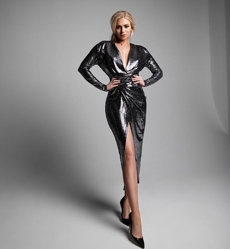 Певица, участница «Голоса» Саша Круглова в металлическом платье с модным теперь запахом. Фото Филипп Гончаров