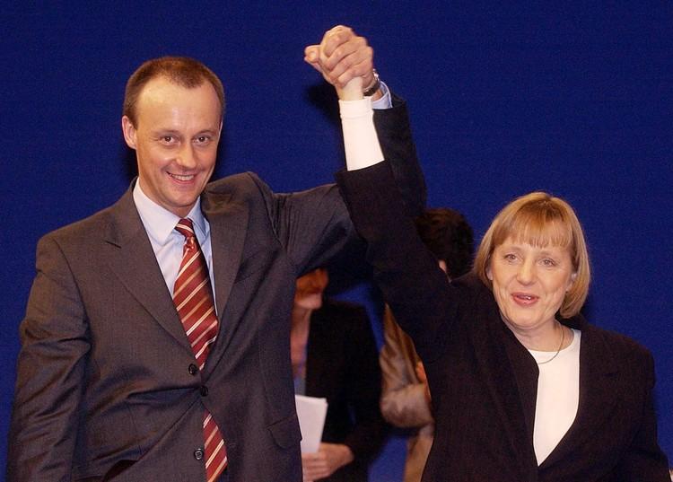 Он атакует Меркель, в первую очередь, по вопросам миграционной политики.