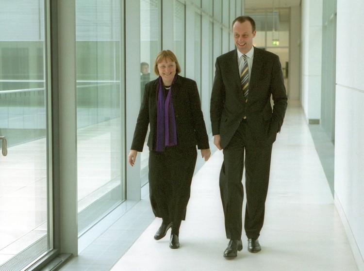 В апреле 2000 года на федеральном партийном съезде ХДС большинство голосов было отдано за нового председателя партии - Ангелу Меркель. Для Мерца это стало неожиданным и сокрушительным ударом.