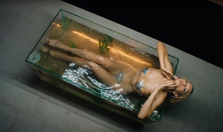В видео Вера предстает практически обнаженной. Фото: кадр видео.