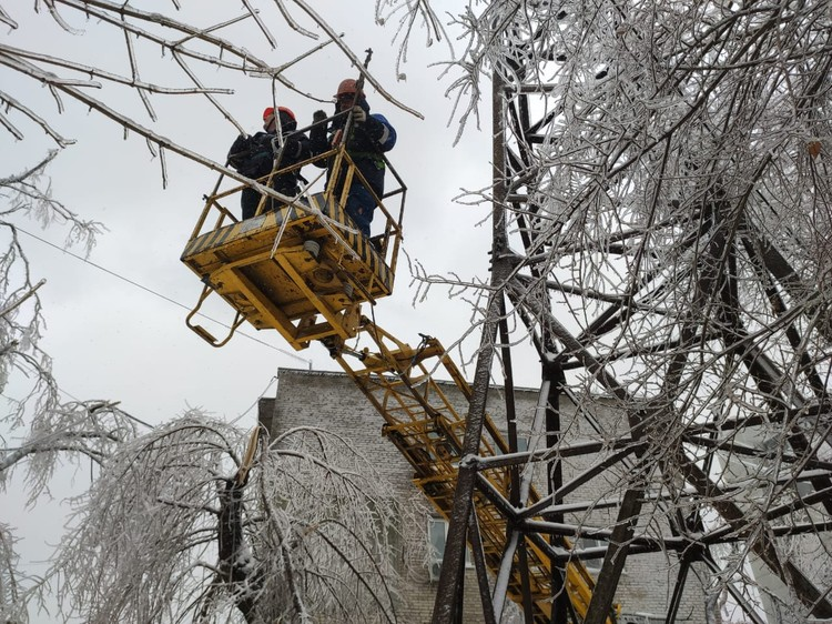 Специалисты стараются в короткие сроки восстановить подачу электричества. Фото: пресс-служба ПАО «РУСГИДРО»