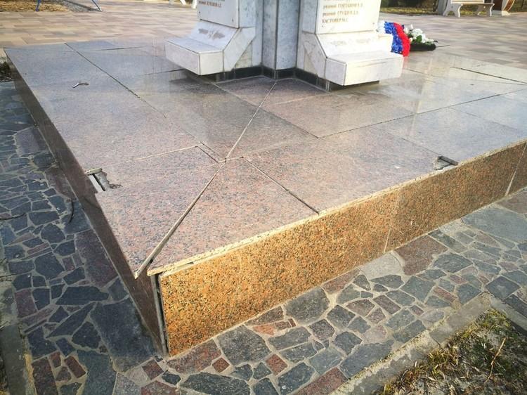 Памятник скорее нужно приводить в порядок