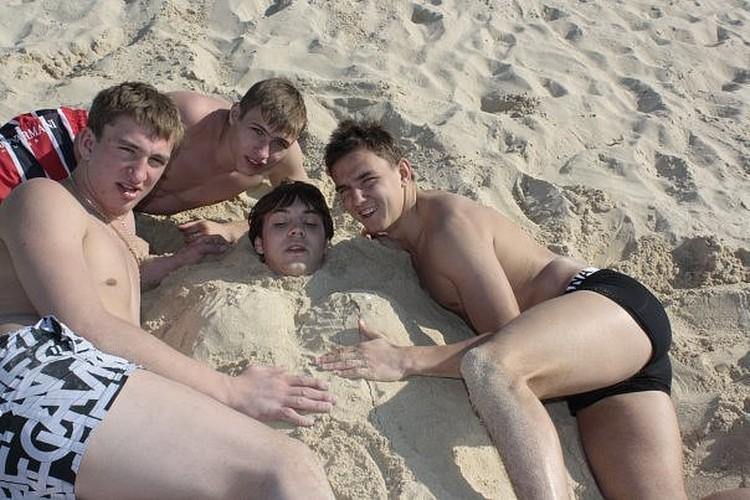 Артем Дзюба в песке