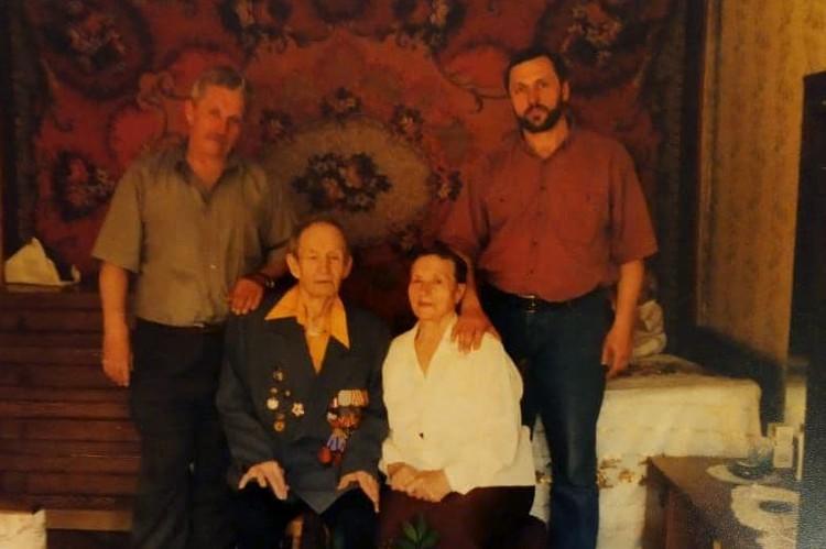 Виктор и Алексей с родителями.