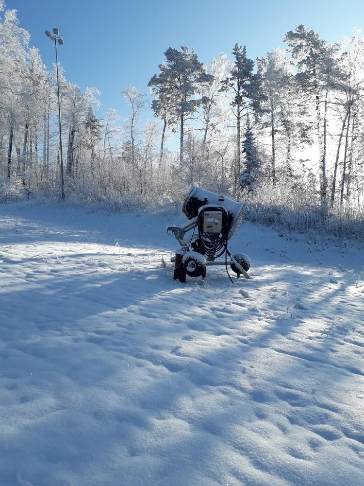 Такие снежные пушки посыпают склоны искусственным снегом Фото: Сергей Дубровин/euroasia74/vk.com
