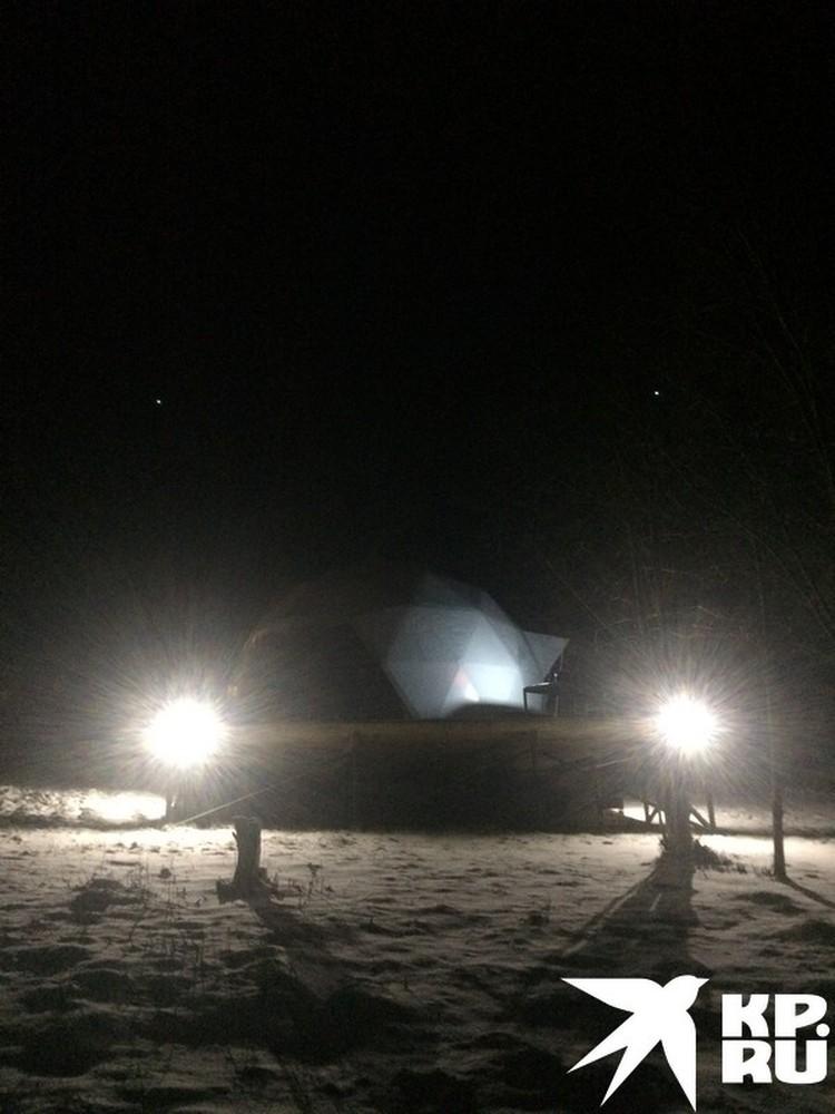 Смотрел, как валятся снежинки в подсветке купола, не удержался, вышел, сделал снимок.