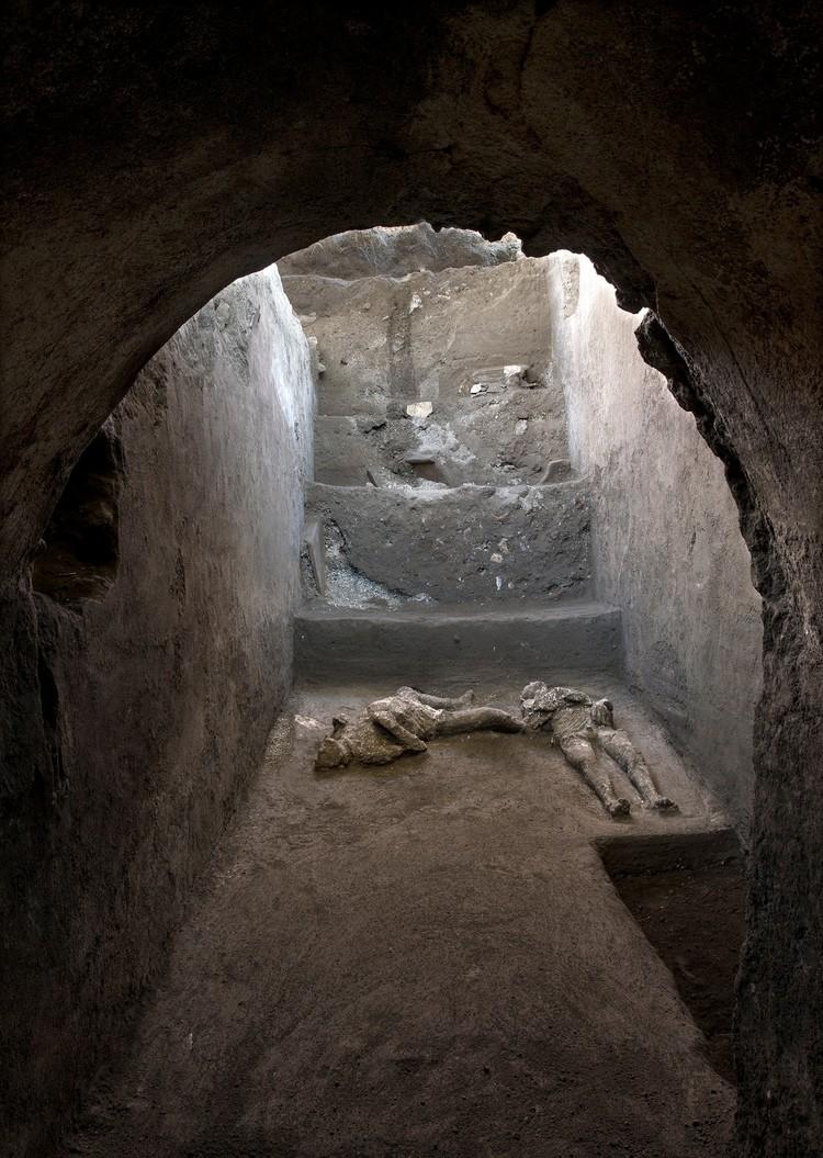 Лестница, ведущая в подвальное помещение, в котором прятались погибшие.