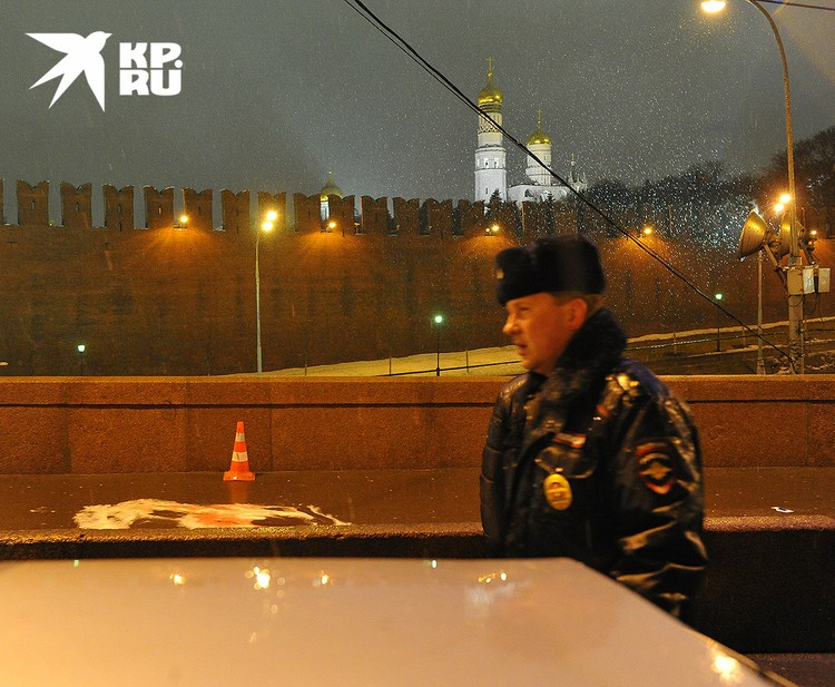 Сотрудник полиции на месте убийства Немцова, 28 февраля 2015 г.