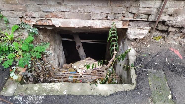 Этот подвал расположен под той самой квартирой, где все произошло.